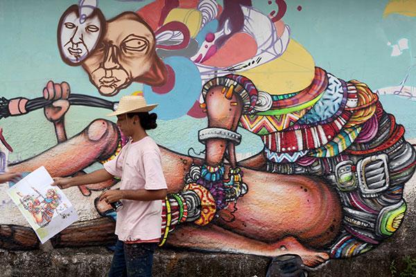 Artistas de vários lugares vivenciam a relação da arte com a comunidade. O cearense Hirlan, do festival Concreto, traduz a cultura da área