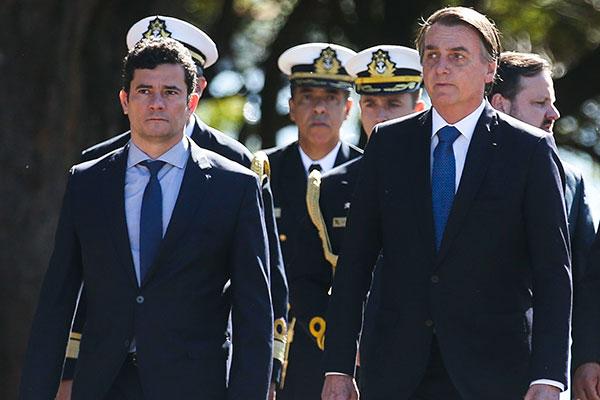 Sérgio Moro é condecorado pelo presidente Jair Bolsonaro em solenidade da Marinha