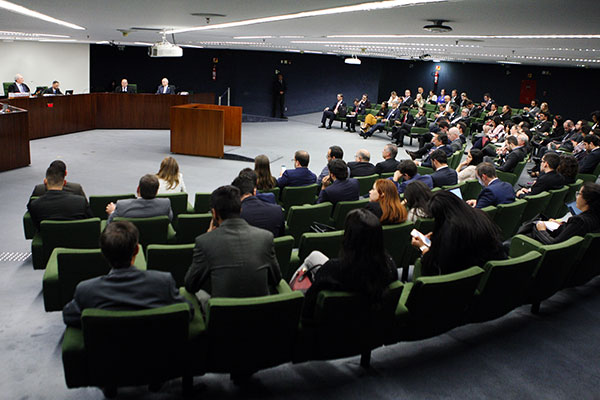 Durante a sessão, ministro Celso de Mello cobrou o julgamento do mérito de três ações