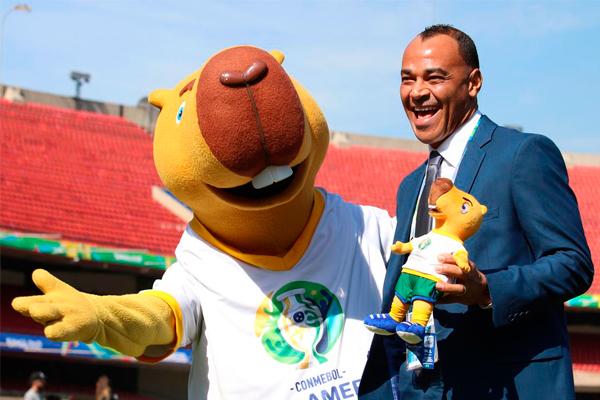 Cafu posa ao lado do mascote da Copa América