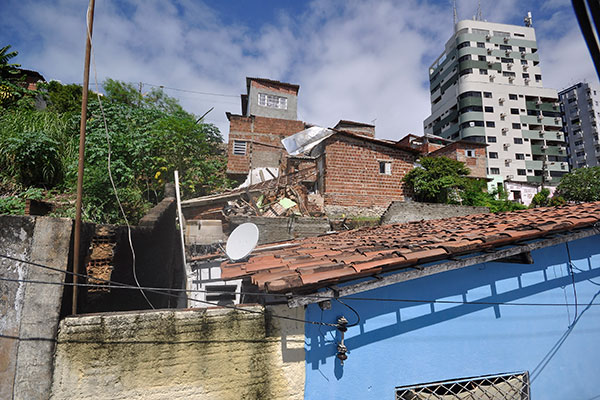 Casa desmoronou devido às chuvas caídas na cidade desde o domingo à noite. No local há outras casas interditadas