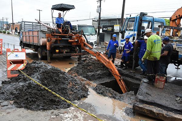 Na avenida João Medeiros Filho, Zona Norte, homens trabalharam limpando as galerias pluviais