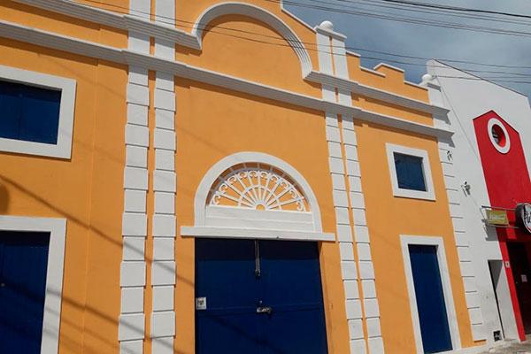 Galpão nº 33 é algo raro: Empresa de transporte restaura fachada