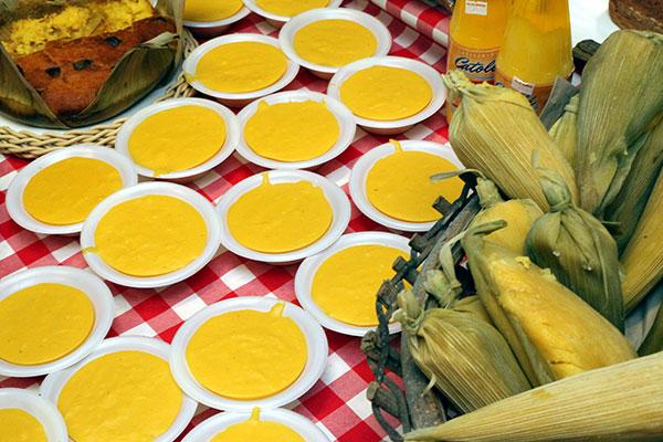 Canjica nordestina é um patrimônio da cultura junina. O creme a base de milho, leite de coco, açúcar é uma receita transmitida por várias gerações