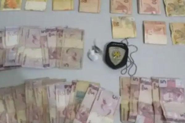 Mais de R$ 1.000 em dinheiro fracionado foi apreendido durante a prisão em flagrante na casa de David