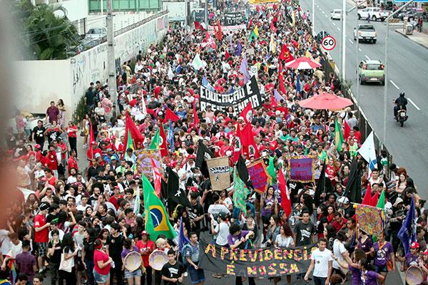 Percurso de cerca de 4 km contou com milhares de pessoas que criticam medidas do governo