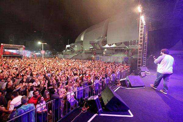 Multidão cantou junto com a dupla César Menotti e Fabiano os sucessos da música caipira romântica
