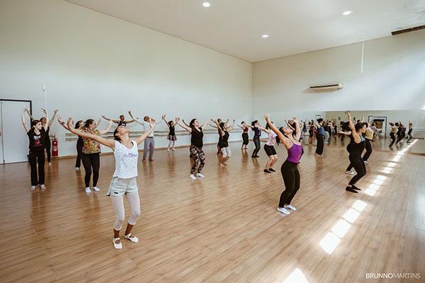 Cursos, workshops e oficinas são voltadas tanto para bailarinos profissionais e estudantes