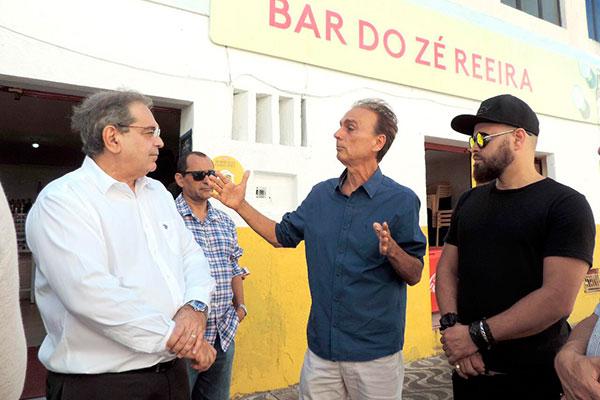 O pefeito Álvaro Dias visita o espaço Ruy Pereira ao lado do secretário Dácio Galvão e Di César Love