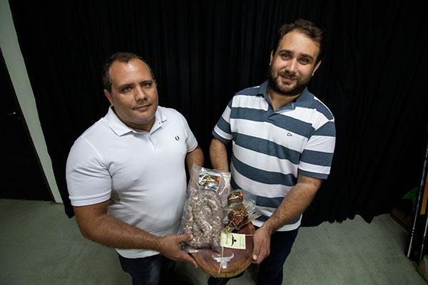 Os primos Diego e Diógenes criaram a marca há três meses. Toda a produção é feita em São Miguel do Gostoso. Eles selecionam os cortes, e depois das carnes temperadas e maturadas, são levadas para o defumador