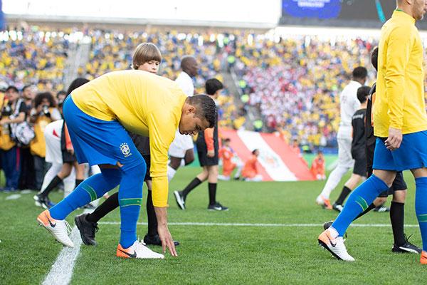 O estado dos gramados vem preocupando Thiago Silva e a seleção. Nenhum da Copa está 100%