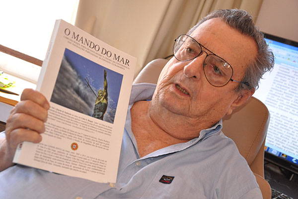 O escritor Lenine Pinto e sua última publicação, O Mando do Mar, na qual realizou a pesquisa definitiva sobre tese do Descobrimento