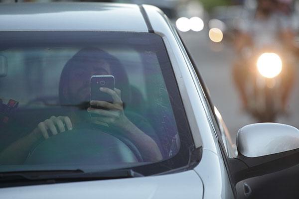Multas por uso de celular ao volante podem chegar a R$ 293,47 como infração gravíssima