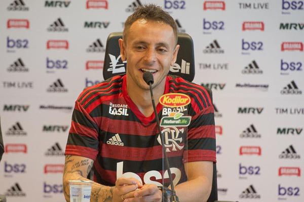 Rafinha foi apresentado no Flamengo e vai vestir a camisa 13, cedida gentilmente por Trauco