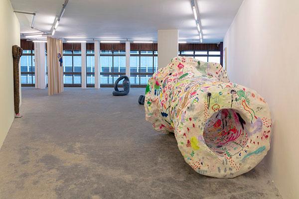 Escultura intitulada Leite desordenado, obra do artista Thiago Barbalho, que concorre este ano ao Prêmio PIPA online