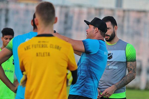 O treinador do Alvinegro, Roberto Fernandes afirma que quer trocar o espírito de derrotas na equipe por um time vencedor