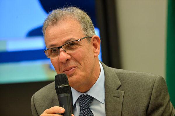 Ministro Bento Alquequerque destacou, durante fala na Câmara dos Deputados, que custo atual impede avanço da indústria nacional