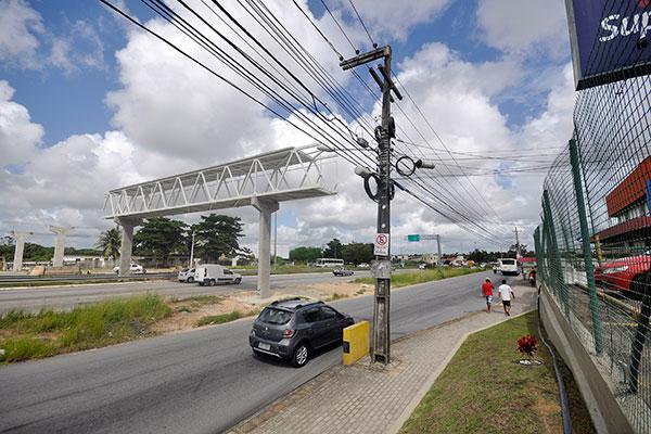 O que já foi erguido, referente a apenas uma das pistas principais da rodovia, chama a atenção de quem passa no local