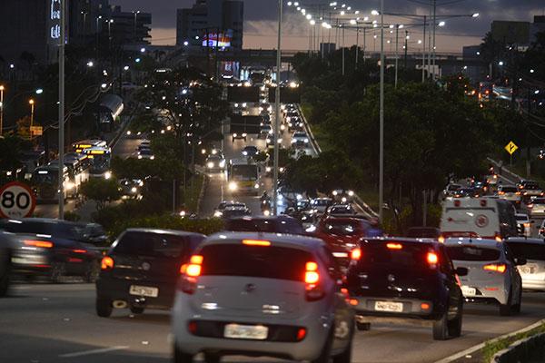 O cenário da quantidade de veículos chega a ser caótico nas horas de pico do tráfego na capital, como o fim do dia