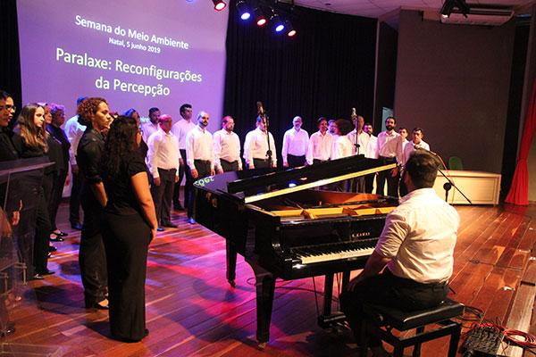 Coral Canto do Povo interpreta músicas de Tico da Costa acompanhado por instrumentistas