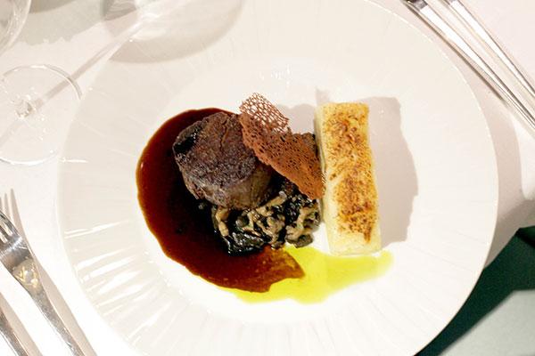 Prato Tornedor de filé mignon com cogumelos e mil folhas de mandioca é opção do cardápio do restaurante francês no Vogal Hotel