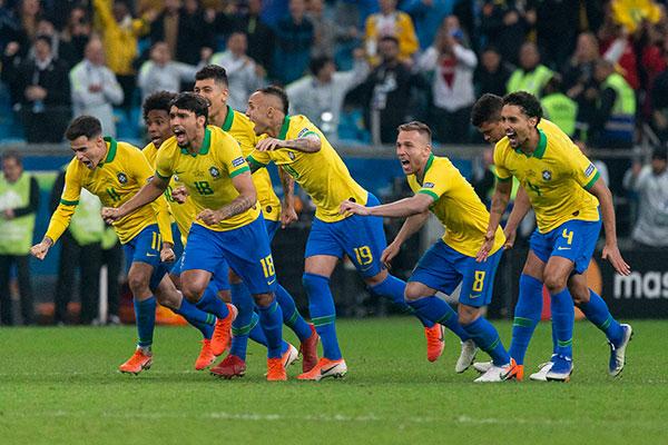 Aliviada depois da classificação diante dos paraguaios, seleção brasileira agora aguarda o vencedor de Argentina e Venezuela hoje