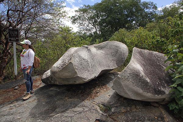 Físicos e geológos afirmam que som da Pedra do Sino decorre da porosidade da rocha, de um vácuo na parte interna e do posicionamento sobre o solo