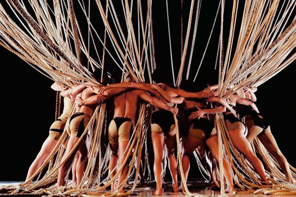 Os bailarinos se movimentam entre 120 cordas que representam seus laços afetivos, utilizando técnicas de bondage e acrobacias