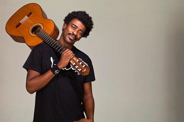Novo show celebra as duas décadas de estrada do músico, desde a banda Farofa Carioca até as canções atuais, do samba ao r&b