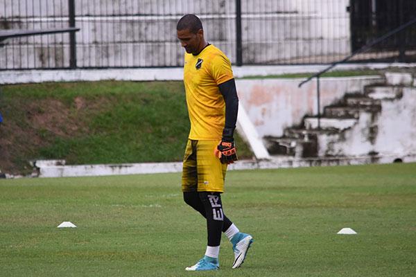 Goleiro Edson, que vinha demonstrando insatisfação com as críticas da torcida, conversou com Roberto Fernandes e ficará no ABC
