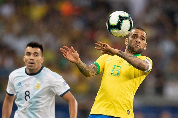 Destaque no jogo contra a Argentina, Daniel Alves pode erguer o troféu da Copa América, domingo