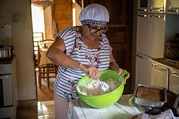 """Maria Libânia, a """"Dona Preta"""", prepara um menu tipicamente sertanejo: Galinha Caipira, pirão, feijão de corda de produção própria e arroz de leite com suco de caju"""