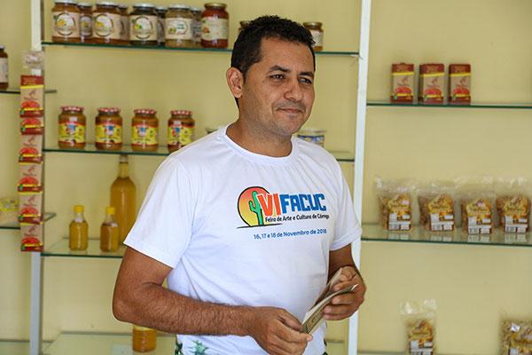 Com 350 cajueiros em duas áreas de extensão, José Wilson produz bolos, grudes, doces e outras delicias