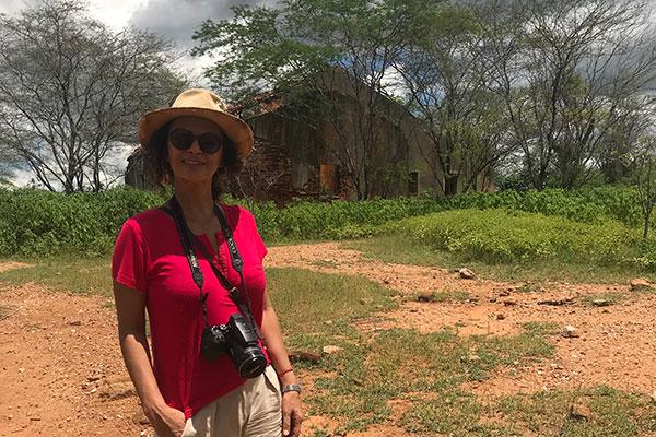"""Seridoense, criada entre Currais Novos e Lagoa Nova, Ângela escreveu as memórias da família no livro """"Entre a Serra Azul e o Sertão"""" e conta também a história de pessoas das comunidades com suas raízes e vivências"""