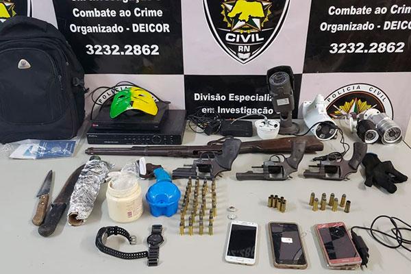 Operação da Deicor na comunidade da Raiz, em Macaíba, apreendeu cinco armas de fogo, sendo três revólveres calibre 38, uma arma caseira e uma espingarda calibre 44, além de maconha, crack, munições, dinheiro fracionado, máscaras e câmeras para monitoramento
