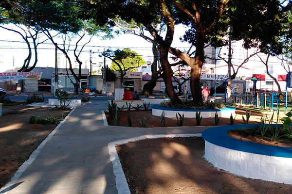 Praça localizada em Lagoa Nova recebeu pintura, iluminação, paisagismo e recuperação de passeio