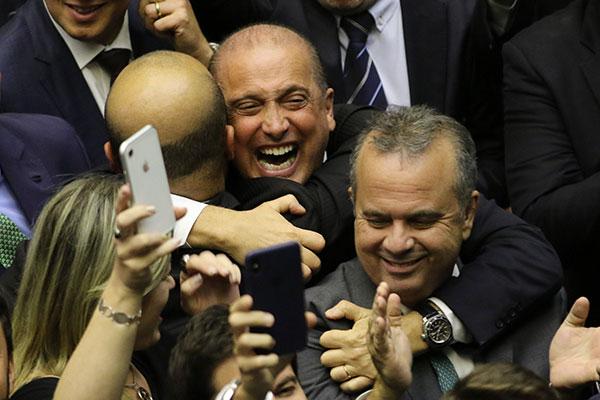 Rogério Marinho e Onyx Lorenzoni comemoram o resultado da votação em primeiro turno