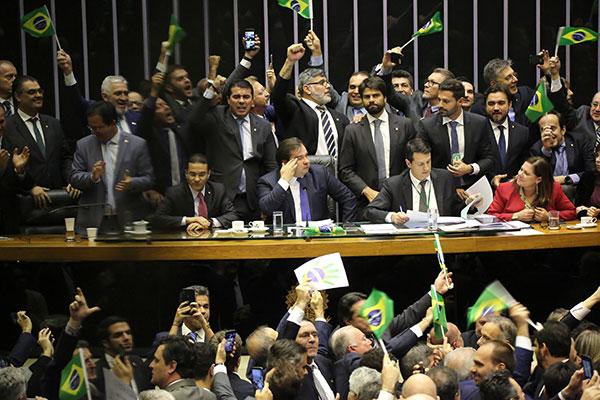 Rodrigo Maia proclama o resultado do primeiro turno da votação da reforma e deputados comemoram a aprovação