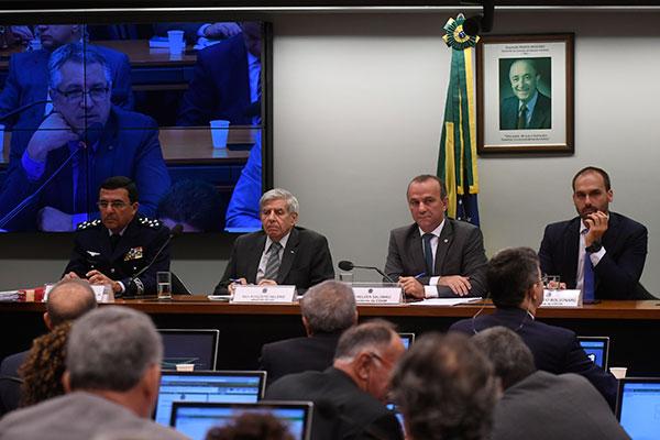 Augusto Heleno participa de sessão da Comissão de Relações Exteriores e de Defesa Nacional