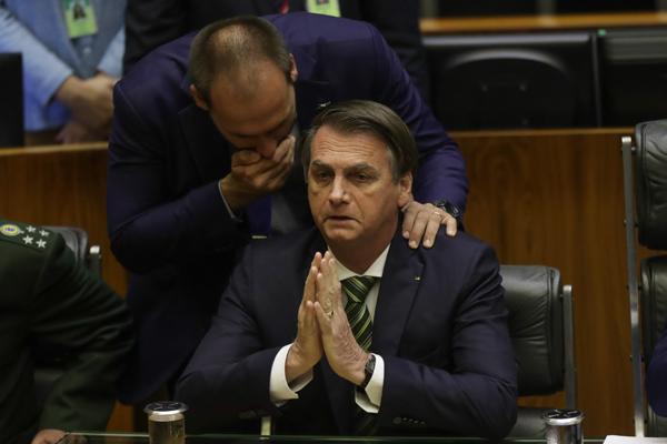 Jair Bolsonaro e o seu filho, o deputado Eduardo BolsonaroEduardo Bolsonaro e Jair BolsonaroEmbaixada dos Estados Unidos