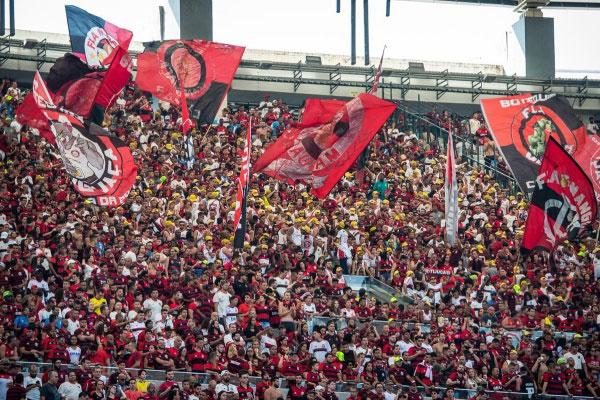 Torcida do Flamengo, Maracanã; Flamengo e Athletico-PR se duelam nesta terça-feira (16) pelo jogo da volta da Copa do Brasil. Primeiro confronto terminou empatado em 1 a 1 na Arena da Baixada, em Curitiba