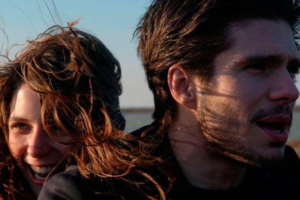 A atriz Josephine Japy e François Civil vivem os personagens Raphael e Olivia, que se conhecem nos bancos da faculdade