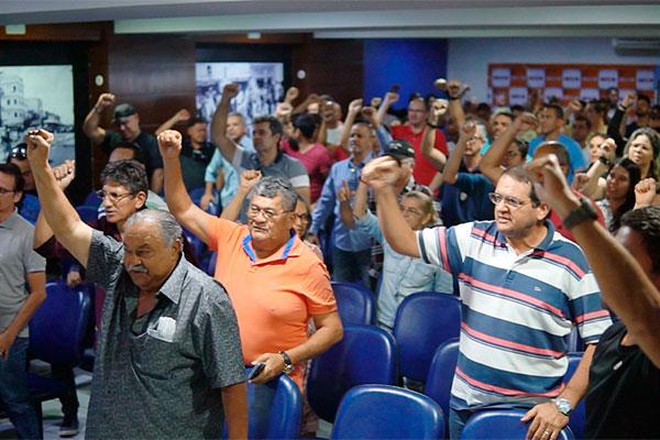 Policiais decidiram cruzar os braços por 24 horas na quarta-feira