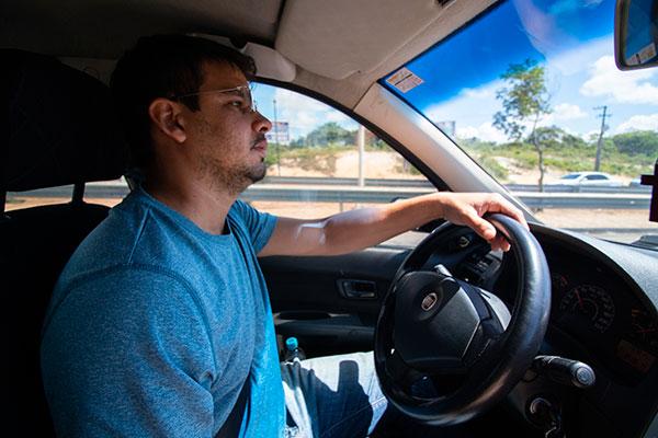 Leonardo Lopes da Silva, 33 anos, trabalhava no setor de vendas externas de serviços e produtos e, há um mês e meio, trabalha exclusivamente como motorista de Uber