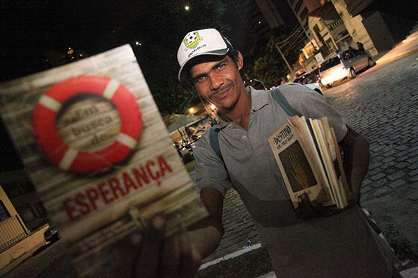 Nas ruas, José César fez amigos e coleta com eles doações de livros que vende para sua sobrevivência