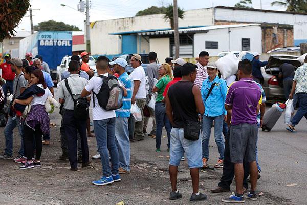 Todos os dias, centenas de venezuelanos fogem para o Brasil