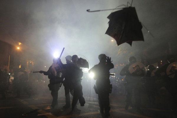 Cerca de 36 de pessoas ficaram feridas após serem atacadas por um grupo armado quando retornavam de um protesto na noite deste domingo (21) em Hong Kong