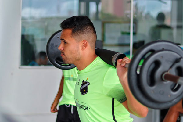 Na expectativa de contar com o lateral direita Ivan, Roberto Fernandes elogia linha com três zagueiros, mas quer time mais ofensivo