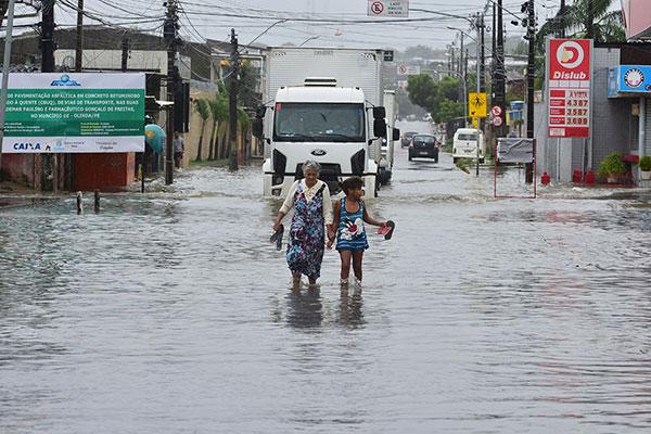 Bairros inteiros ficaram alagados em Recife, Olinda e Paulista durante esta quarta-feira, 24