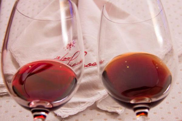 A diferença entre vinhos com qualidade e os vinhos com graves defeitos, muitas vezes é perceptível como o da direita oxidado